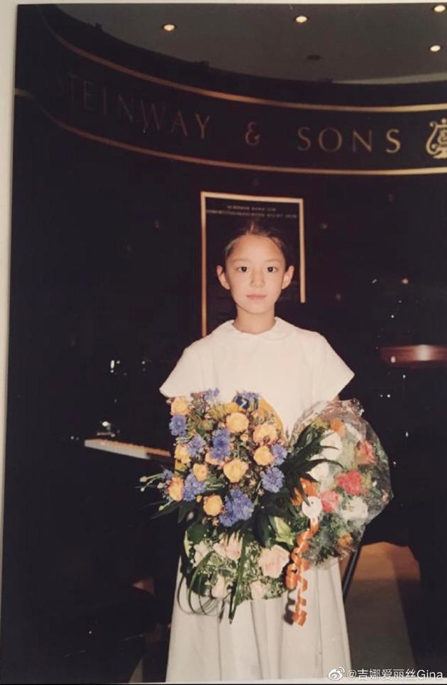 吉娜分享童年演出照穿白色连衣裙捧花束清纯可爱