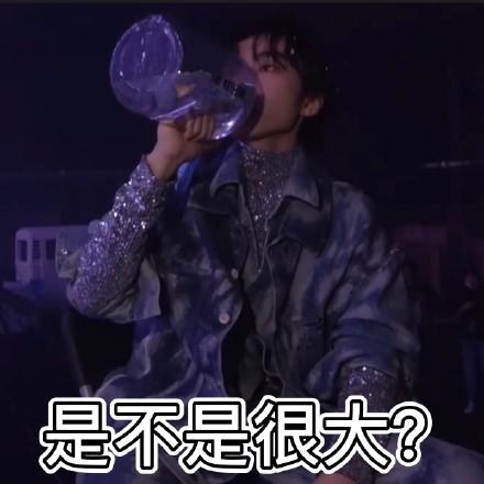 工作室晒王俊凯喝水合集 单手举超大水壶显男友力