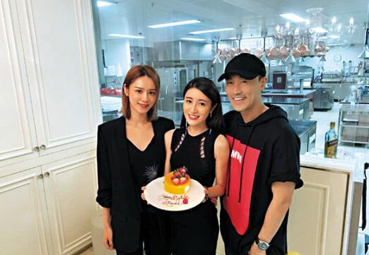 林峰与女友张馨月补祝林夏薇生日