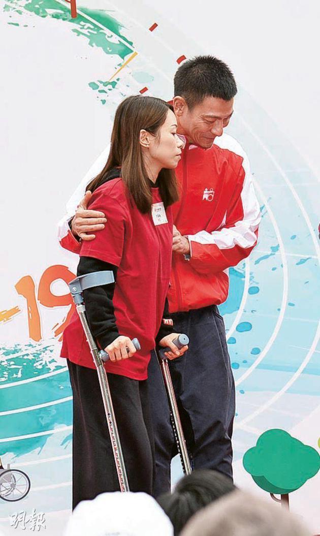 刘德华在活动上小心搀扶撑拐杖的女士
