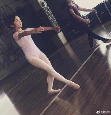 吴尊晒出女儿练舞的照片