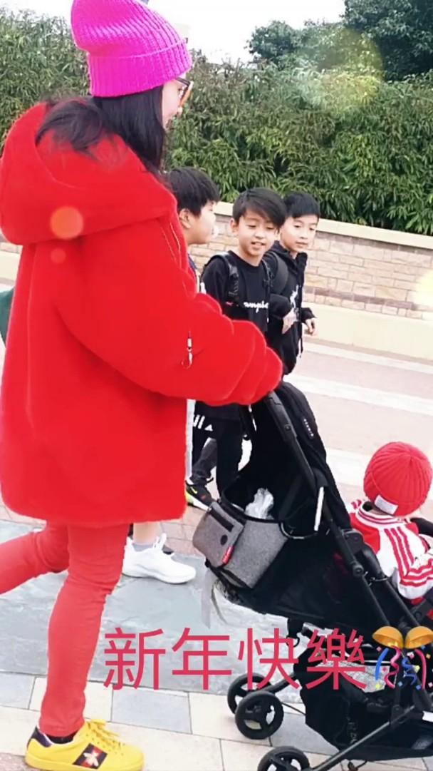 张柏芝带孩子游玩