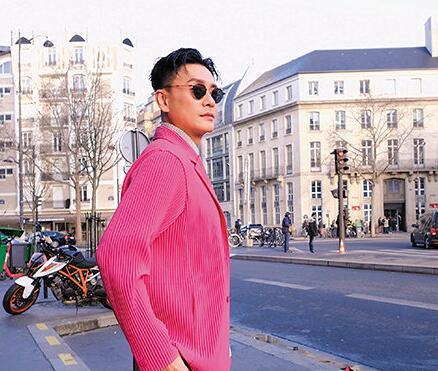 黃宗澤在法國巴黎的街頭上拍照留念。