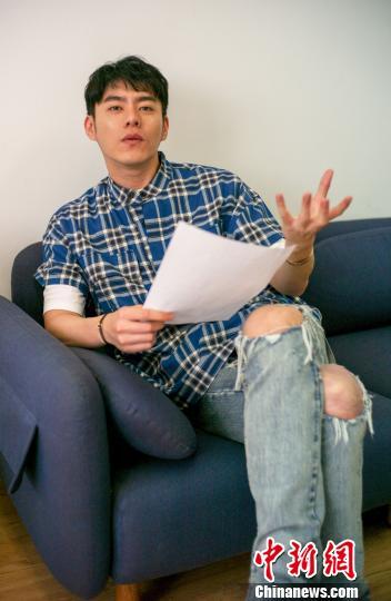 青年演員李程彬近日在北京接受中新網記者專訪。 安英昭 攝