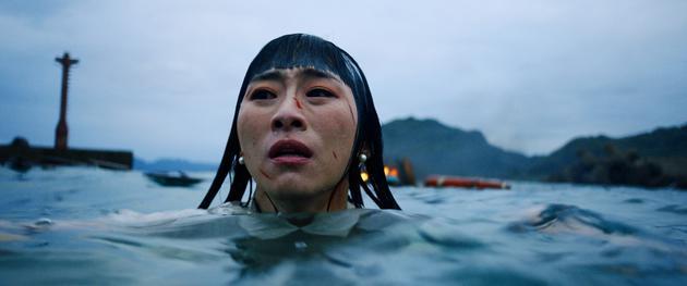 吴可熙台风天泡5度海水 背后船只爆破火超大