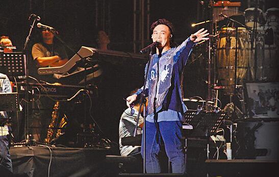 陈奕迅热情地跟歌迷打招呼。
