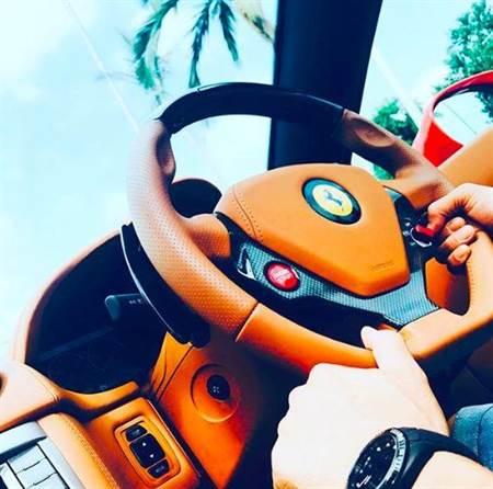 張柏芝曬出男人開車的手的照片