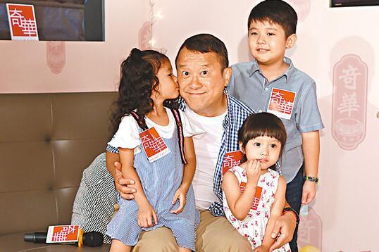 曾志伟近日与3位小演员一起拍广告