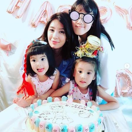 贾静雯与女儿们