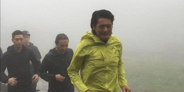 周润发率《无双》剧组人员赴阳明山路跑