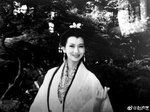 """赵雅芝在微博晒出当年拍摄《新白娘子传奇》时的""""比心""""剧照"""