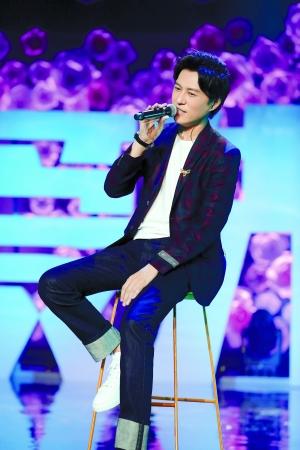 靳东在发布会上献唱