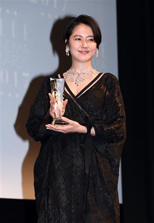 长泽雅美蕾丝长裙出席颁奖礼 回顾一年工作成果