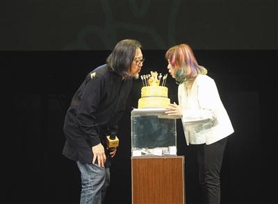 在上剧场两周年生日庆典上,赖声川和丁乃竺宣布了明年新计划,包括周迅的首部话剧作品《雕空》