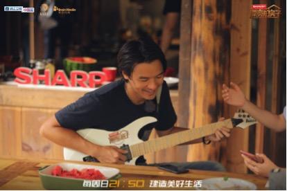 冯德伦弹吉他