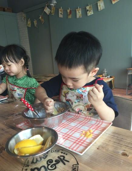 """照片曝光后网友也纷纷评论:""""好可爱果然会做饭的男孩子最帅"""",""""超"""