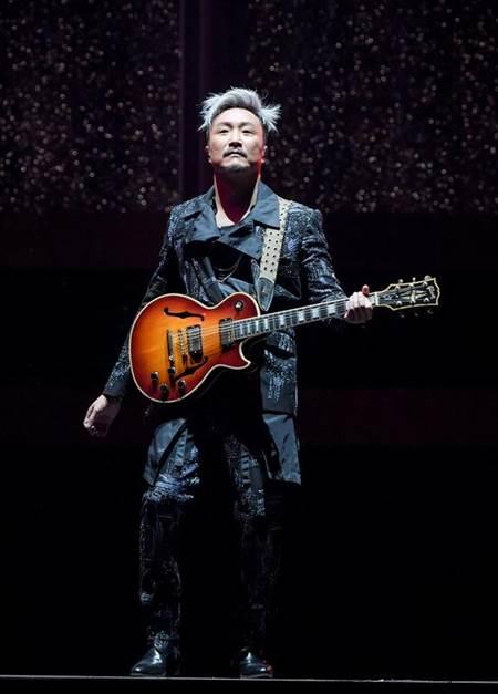 郑中基在台北小巨蛋开唱。