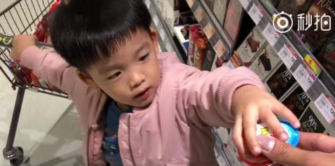 范玮琪一家四口逛超市 双胞胎儿子乖巧懂事惹人爱