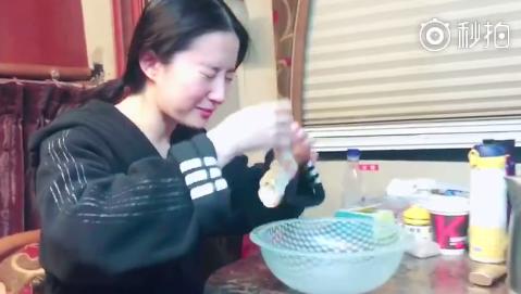 刘亦菲演示另类洗脸方法