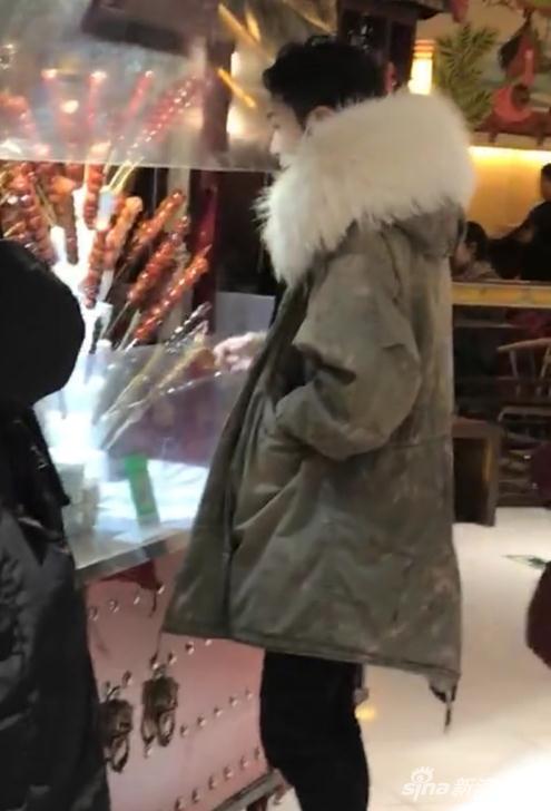 张艺兴北京买糖葫芦被偶遇