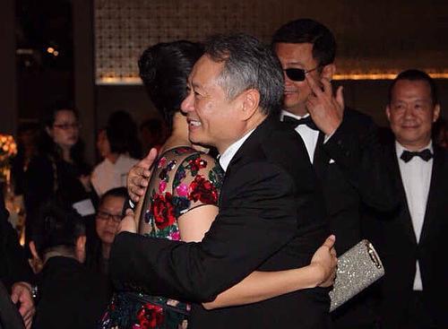 在金马奖活动上,刚拿到最佳女主角的章子怡拥抱导演李安(资料图片)