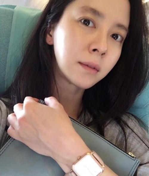 37岁宋智孝飞机上自拍晒照 素颜出镜皮肤细腻