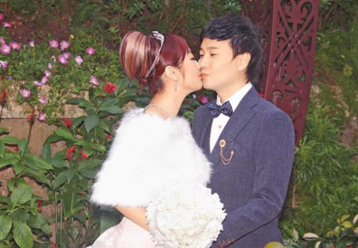 叶文辉与圈外女友Michelle结婚,一对新人应传媒要求亲足三次。