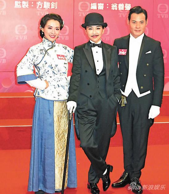 陈松伶(中)在新剧里扮成卓别林模样去查案;右为黄智贤。