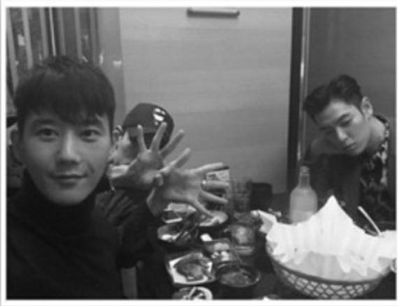 T.O.P与友相聚露脸(右一)