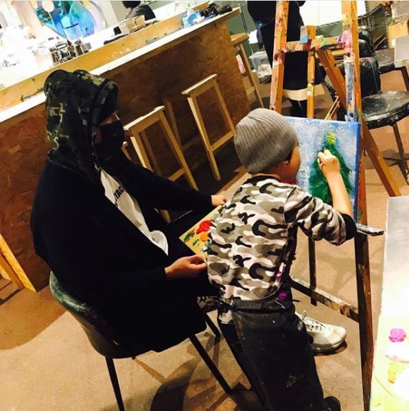 周杰伦教小朋友画画