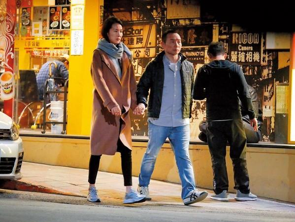 张珈瑜与男子上街