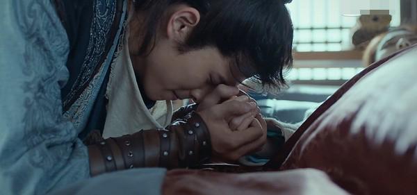 双手紧握,刘昊然心疼落下男儿泪。