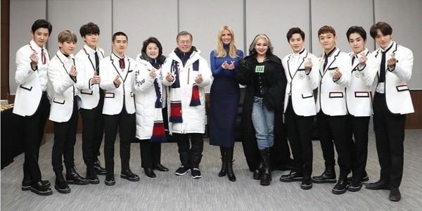 伊万卡与EXO合照