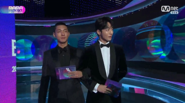 颁奖人南柱赫、Jisoo挽手出场。