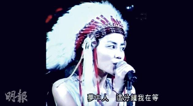 王菲于1998年的演唱会上,穿着印第安人服饰唱出改编自《Dreams》的广东歌《梦中人》。