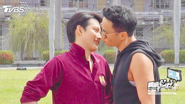 何润东(右)作势亲吻张庭瑚,自己最后却害羞逃跑。
