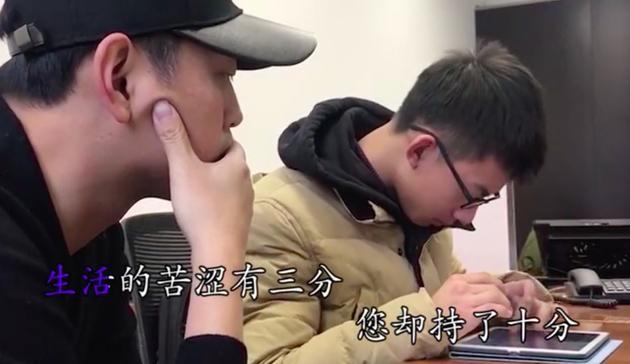王昱珩陪杨英豪一起训练