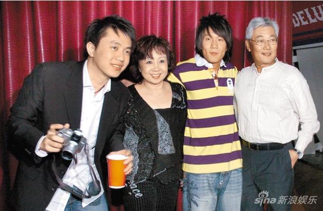林俊杰(右二)与哥哥(左起)、妈妈及爸爸在演唱会庆功宴上开心合照。