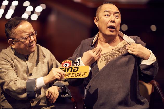 张铁林展示话剧中的纹身造型