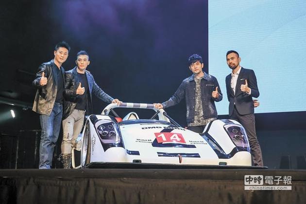 小刀(左起)、刘�u宏、监制周杰伦、导演陈奕先昨出席《叱咤风云》记者会,现场秀出赛车助阵。