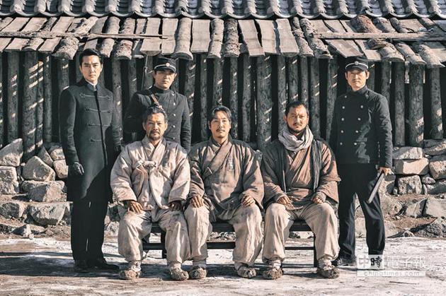 电影对赵震雄(前排中)饰演的「金九」做足史实考究,后排左为宋承宪。