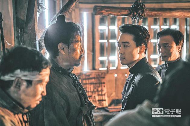 赵震雄(左二)和宋承宪(右二)有精湛的对手戏。