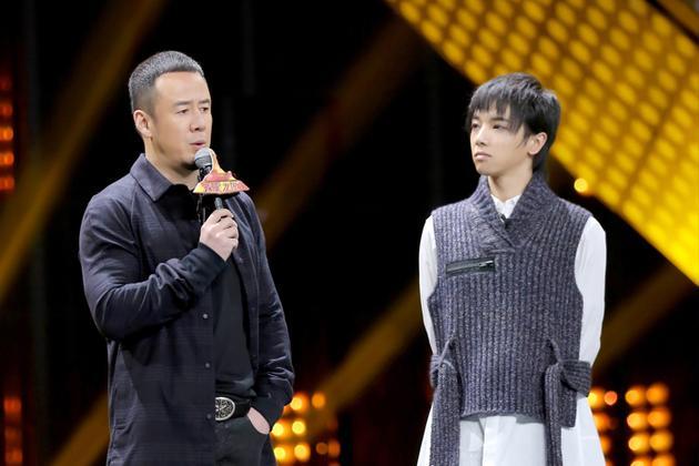 杨坤和华晨宇在台上互动