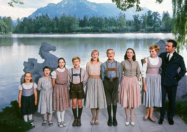 左起第五个孩子就是希瑟・孟席斯扮演的路易莎