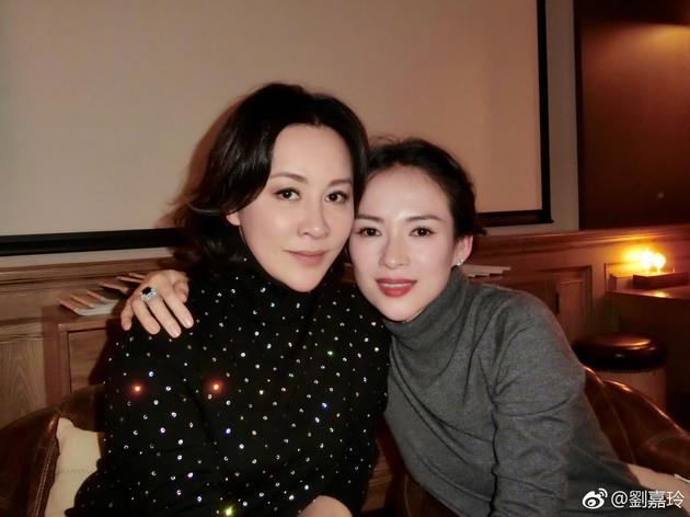 刘嘉玲与章子怡贴面合影