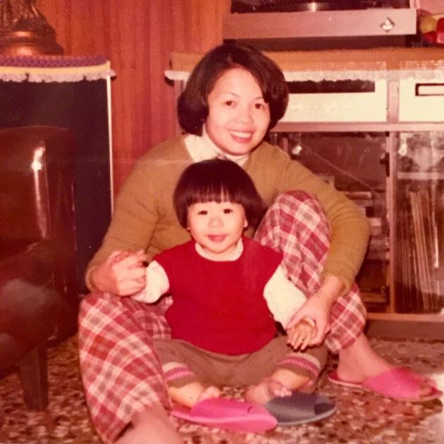 童年的阿信与妈妈