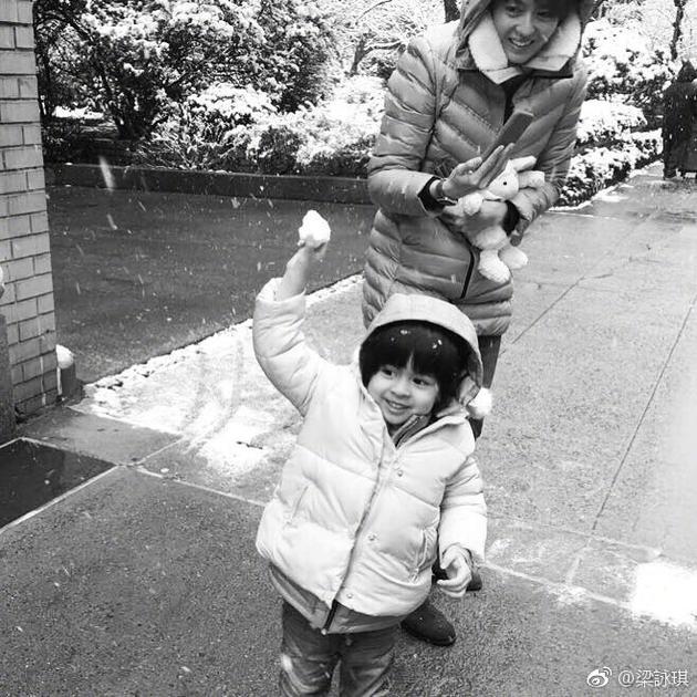 梁咏琪带女儿打雪仗温馨幸福