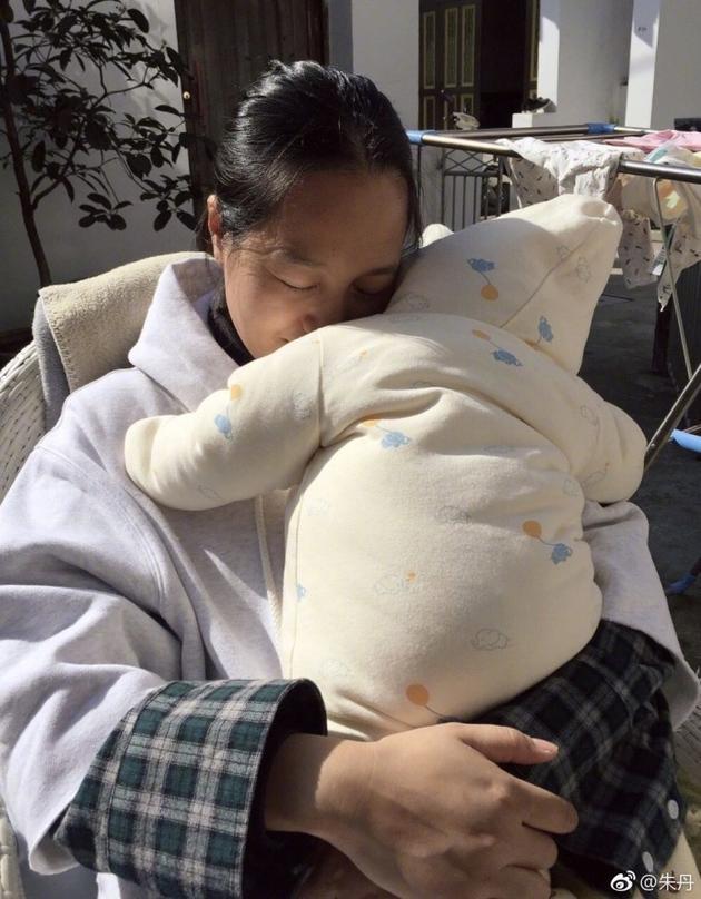 朱丹抱着女儿享受阳光