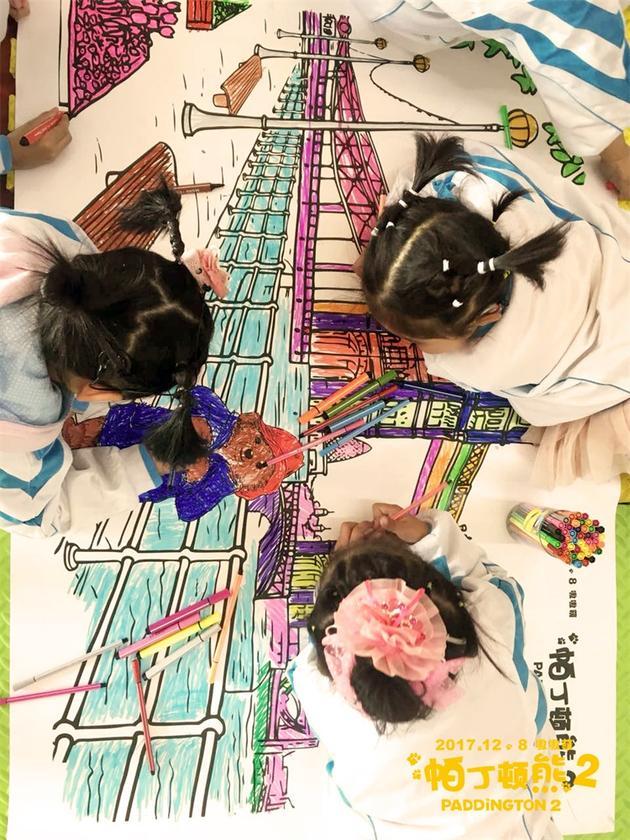 """北京市天云听力言语康复训练中心的孩子们为帕丁顿""""上色"""""""