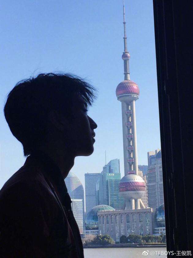 王俊凯欲与东方明珠塔比高